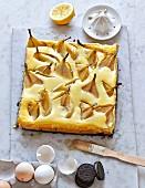 Oreokeks-Kuchen mit Frischkäse und Birnen