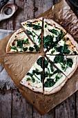 Pizza Bianca mit Spinat und Pesto