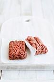 Frisches Hackfleisch auf Papier