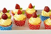 Cupcakes mit Buttercreme und Erdbeeren