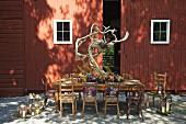Herbstlich gedeckter Tisch zum Abendessen vor einer Scheune (USA, Ostküste, New England)