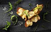 Toast mit gebratenen gelben Austernpilzen und Rucola