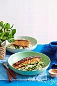 Lachs mit Honig glasiert, gegrillter Spargel und würziger Blumenkohl-Reis