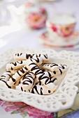 Meringue-Sticks mit Schokoladenglasur