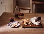 Gedeckter Tisch mit Brot, Käse und Wein