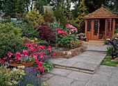 Pavillon mit Rosen, Rhododendron