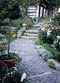 Gartenweg aus Granitsteinen
