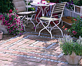 Terrassenpflaster aus Granit-Mosaik und Ziegeln