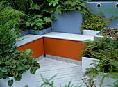 Dachterrasse:Sitzbank und Container in orange und blau