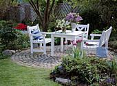 Sitzplatz im Frühlingsgarten