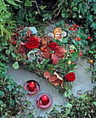 Grabschmuck: Herz auf Maschendrahtherz mit Blättern gefüllt