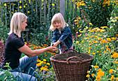Mutter und Kind prüfen / verteilen Kompost (oder Erde)