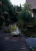 architektonischer Teich mit Holzterrasse