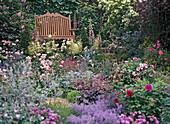 Gartenbank mit Staudenbeet