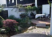 Terrasse mit Teich UND Holzsteg IN einem