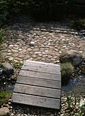 Holzsteg zum Sitzplatz IM Garten