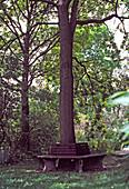 Gartenbank um einen großen Baum