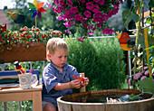 Kind auf dem Balkon mit