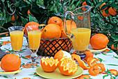 ARRANGEMENT mit ORANGEN UND Orangensaft