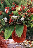 Strauß mit Hagebutten, Herbstchrysanthemen, Rosen
