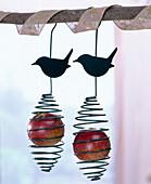 Vogelfutterhalterung für Äpfel und Meisenknödel