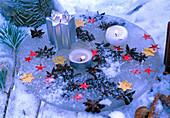 Kerzentablett aus Eis mit eingeforenen Anisfrüchten und