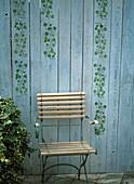 Holzwand mit Hilfe einer Schablone mit Efeuranken