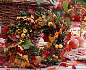 Herbstkranz aus Herbstblättern, Malus / Zierapfel, Buchs, Rosa / Hagebutte, Ligu