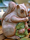 Herbstliche Tischdeko: Porzellaneichhörnchen