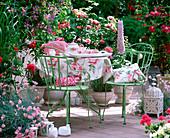 Tisch mit Rosengeschirr und Rosentischdecke, Miscanthus