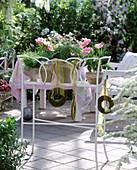 Blumenbank mit Tulipa 'Angelique', Weizengras, Moosringe