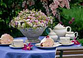 Kaffeetafel mit Schale und Gesteck aus Argyranthemum