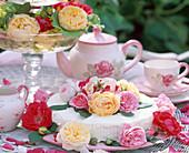 Sahnetorte mit Blüten von historischen Rosen