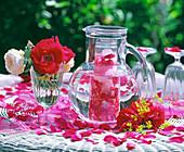Rosenblüten mit Eiswürfel in Karaffe mit Wasser