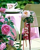 Deko für Kaffeetafel: Rosenblüte u. Hedera (Efeublätter in Sisaltüte)