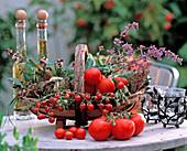 Korb mit Lycopercison / Tomaten, Mentha / Minze, Rosmarinus