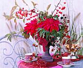 Gefäß mit Steckmasse: Dahlia / Dahlien, Rubus / Brombeere, Malus / Zierapffel, Euonymu