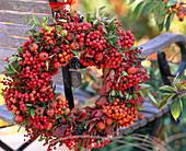 Beerenkranz: Sorbus / Vogelbeeren, Rosa / Hagebutten, Ligustrum / Ligusterbeeren, Euo