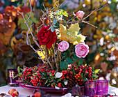 Beerenkranz mit Rosa / Rosen und Hagebutten, Sorbus / Vogelbeeren, Malus / Zierapfel,