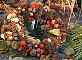 Herbstkranz mit Nüssen und Lampions