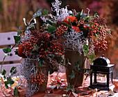 Herbstgestecke mit Vogelbeeren, Greiskraut und Efeu