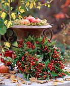 Beerenkranz aus Rosa / Hagebutten, Sorbus / Vogelbeeren, Hedera / Efeu, Punica / Gran