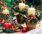 Töpfe mit Kerzen und weihnachtlicher Deko