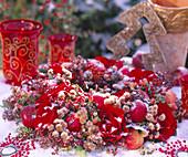Kranz im Schnee: Rose / Rosa 'Enigma', Malus / Äpfel,