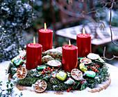 Adventskranz auf der Terrasse: Abies procera / Nobilistanne, Citrus / Limettensch