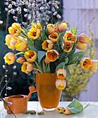 Tulipa 'Ad Rem' / Tulpen, Vaccinium / Blaubeerzweige in oranger