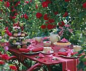 Kaffeetafel mit Obstkuchen, Etagere mit Kleingebäck