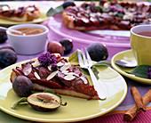 Prunus / Zwetschgenkuchen mit Mandelblättchen, Cinnamomum / Zimtstangen