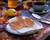 Acer / Ahornblatt als Serviettendeko und Platzkärtchen, Cydonia / Quitte, Herbst