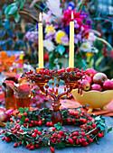 Leuchter mit Kerzenkränzchen aus Rosa / Hagebutten, Hagebuttenkranz mit Hedera